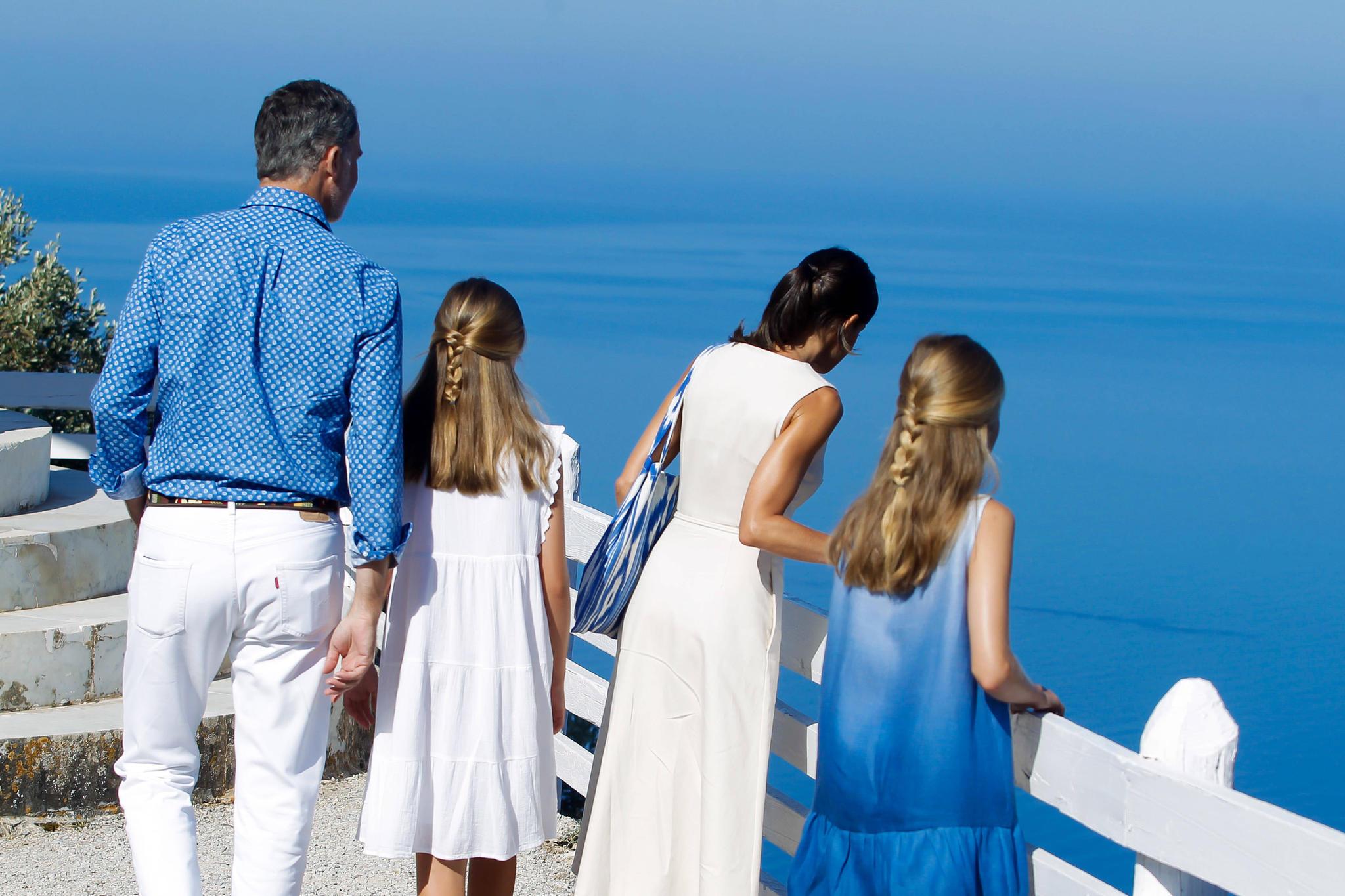 Spanische Weihnachtsbilder.Spaniens Königspaar Felipe Und Letizia Mit Ihren Töchtern Gala De
